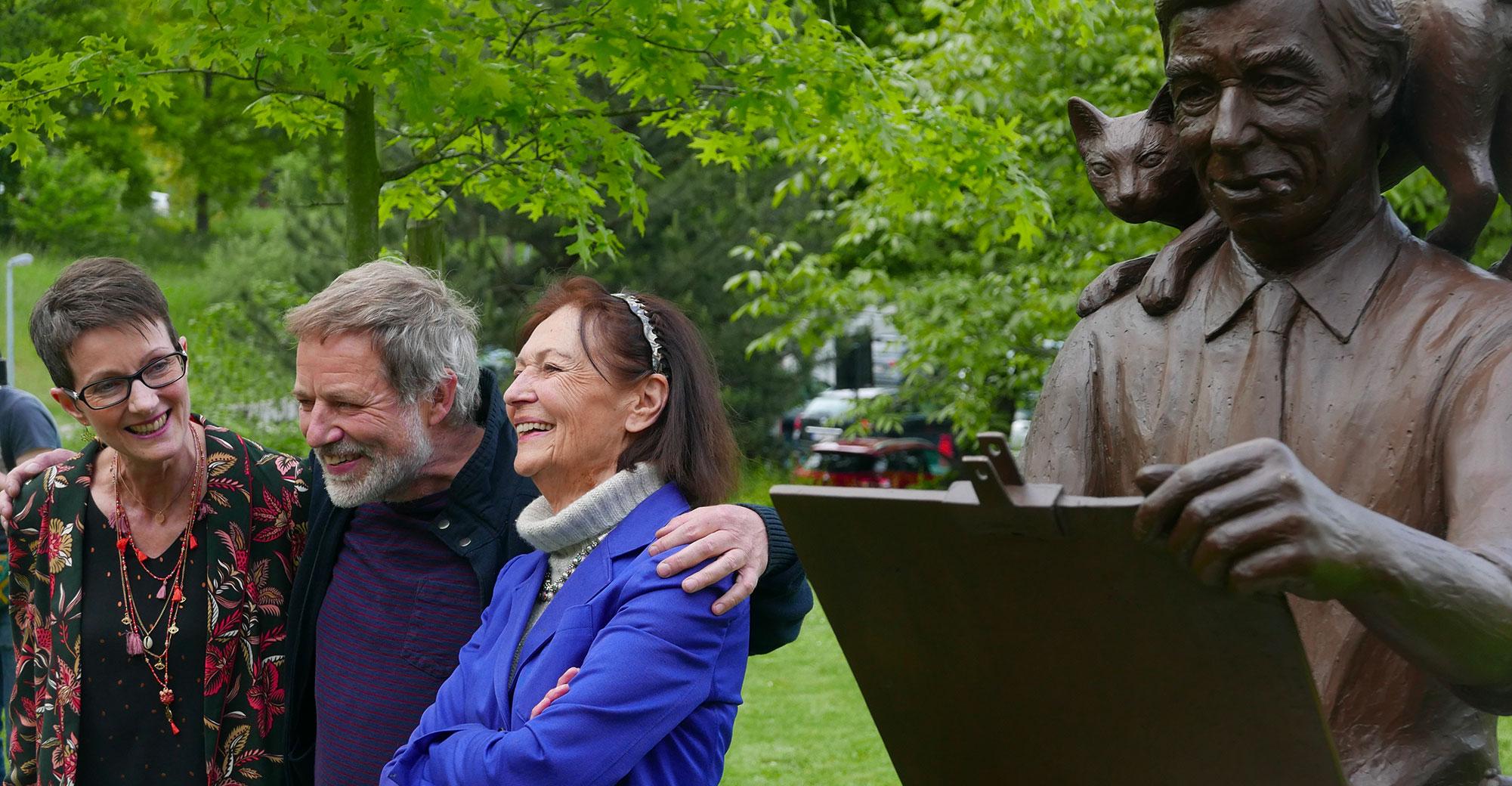 Anne Eyberg, Tom Frantzen, Fanny Rodwell autour de la statue d'Hergé