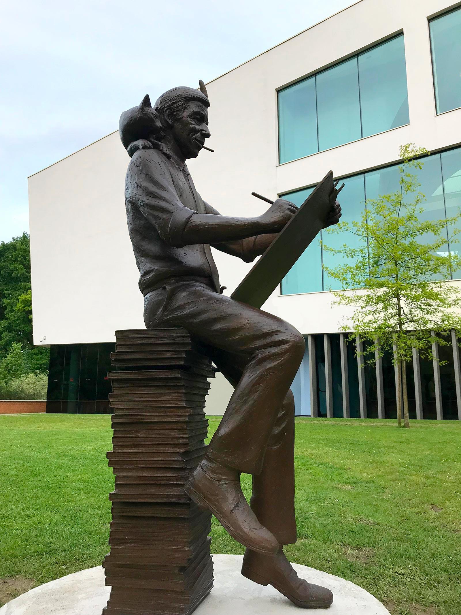 Statue of Hergé who draws by Tom Frantzen