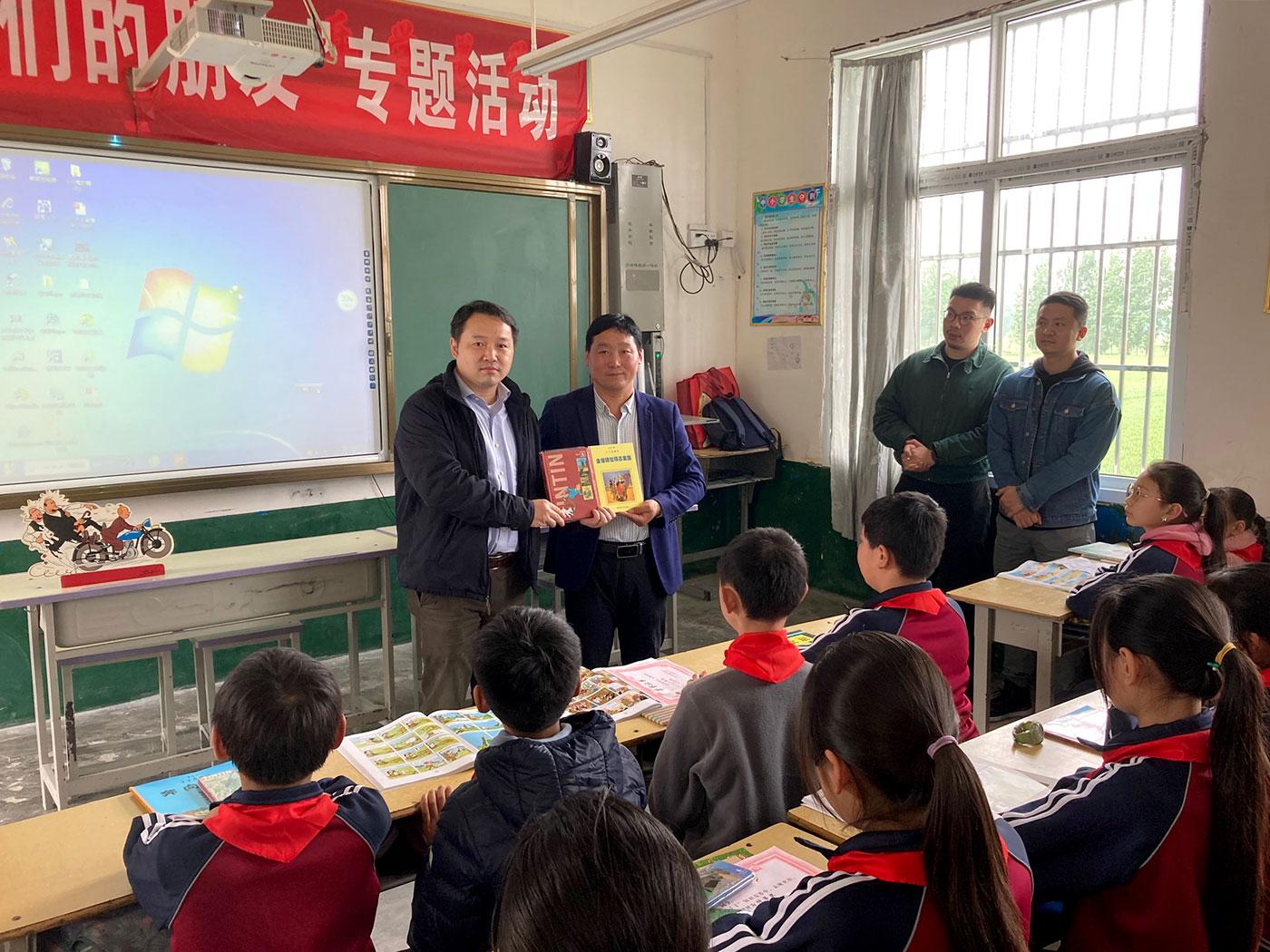 Le salon tintinophiles fait don des livres Tintin à l'école