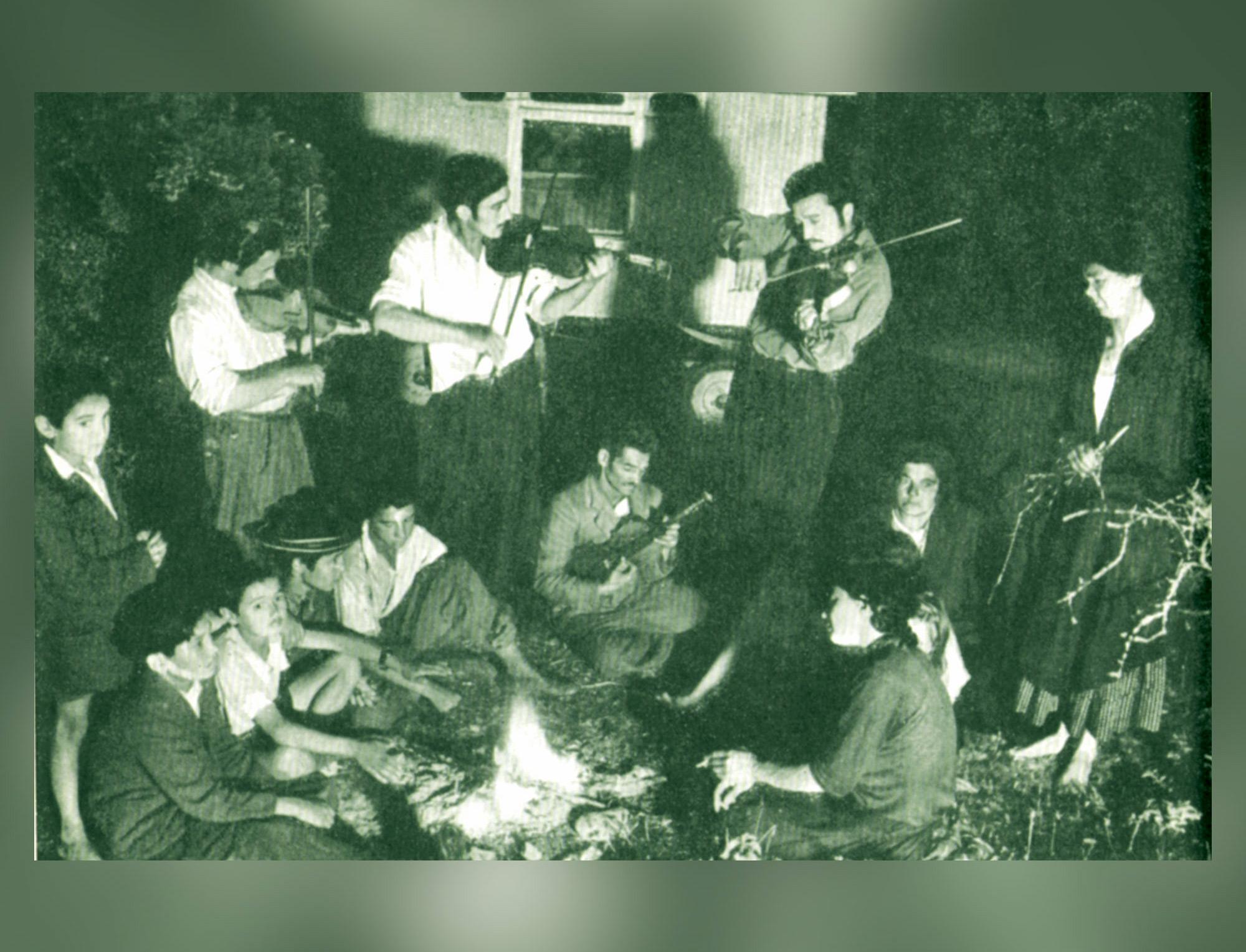 Photo de gitans autour du feu - Documentation d'Hergé pour Les Bijoux de la Castafiore